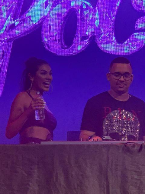 Pocah no palco e DJ Malukin tocando